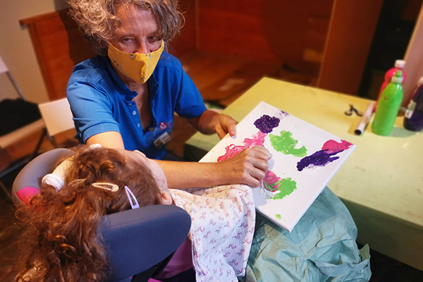 Maltherapie mit schwer erkrankten Kindern und ihren Geschwistern bei Arche Herzensbrücken