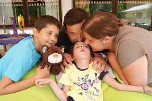 Familie mit einem erkrankten Kind bei Arche Herzensbrücken